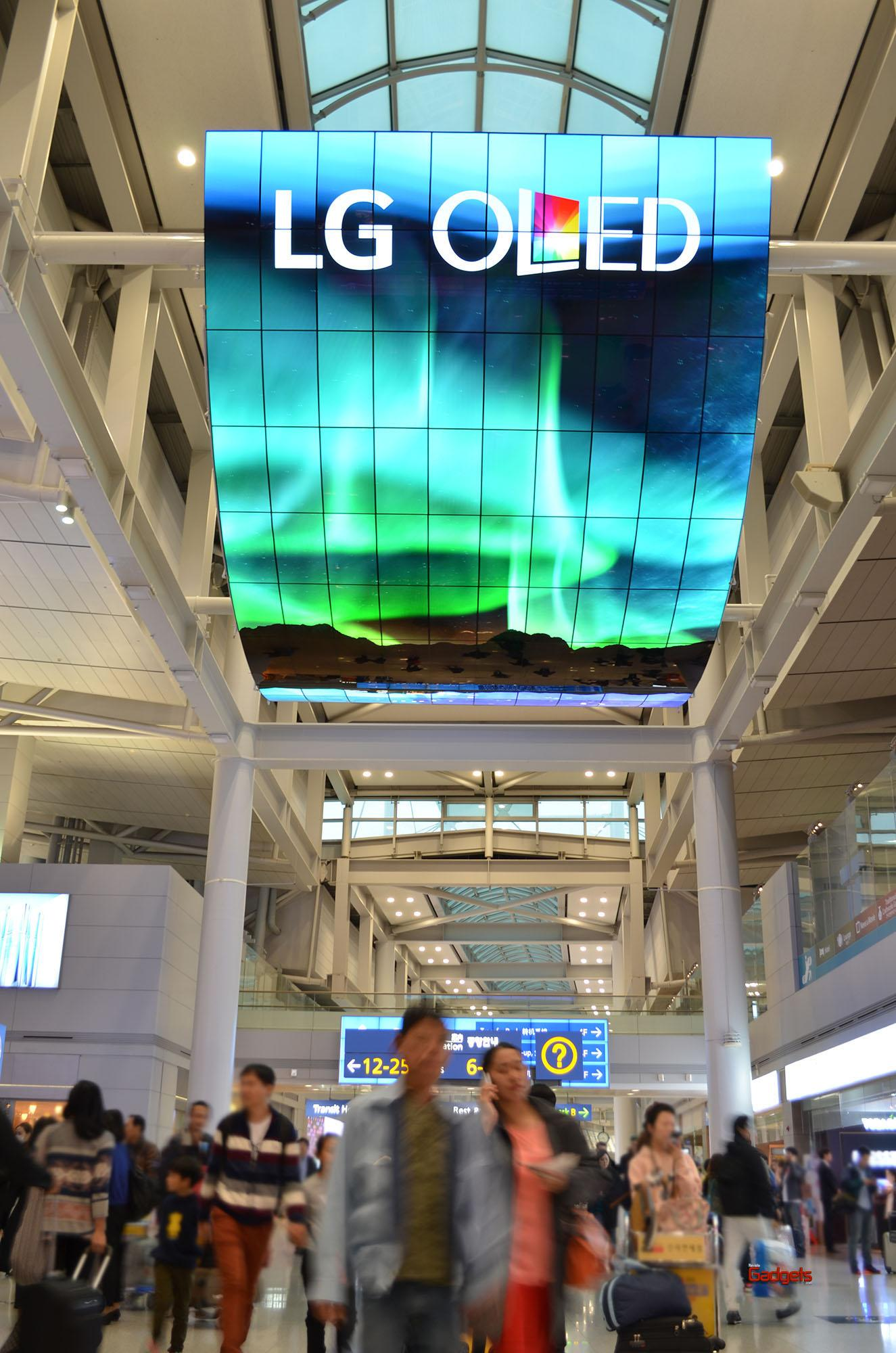 OLED Signage Incheon Airport_3